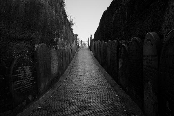 Ascenso entre lápidas