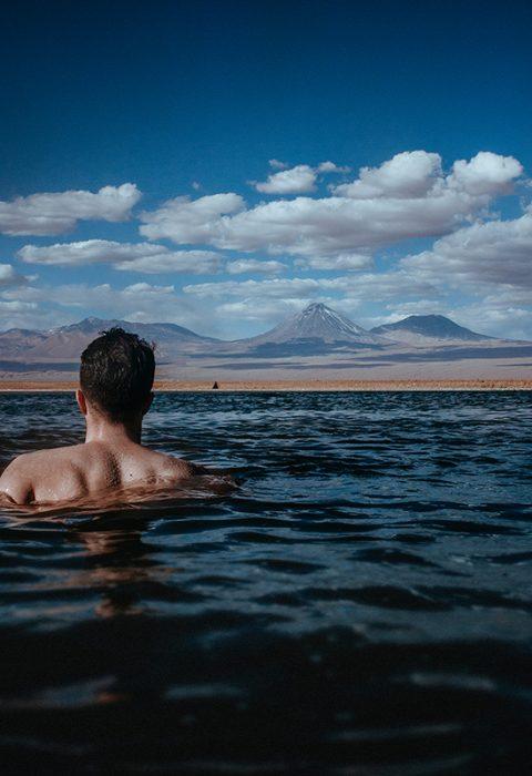 A lagoa de sal e o vulcão.